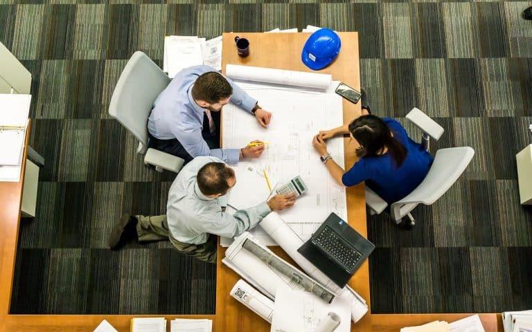 אדריכלים יושבים על תוכניות