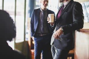 אנשים עומדים עם קפה